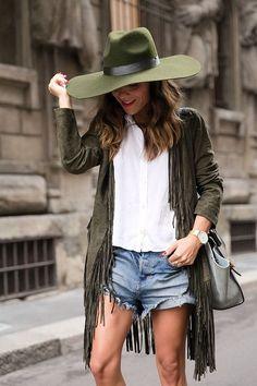 Street Style: Auch in olivgrün macht der Fransentrend eine gute Figur. Kombiniert mit Jeans und Hut ist der Boho Style perfekt.