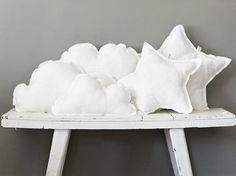 Superleuke kussens in de vorm van wolken en sterren om zelf te maken. Geknipt van noonos Cute Pillows, Diy Pillows, How To Make Pillows, Decorative Pillows, Throw Pillows, Cushions, Sims 4, Diy Pillow Covers, Cloud Pillow