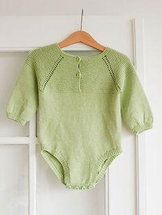 Få en strikkeopskrift på denne fine babybody i lysegrøn Knitting For Kids, Baby Knitting Patterns, Baby Patterns, Free Knitting, Crochet Baby, Knit Crochet, Knitted Baby Outfits, Baby Barn, Romper Pants