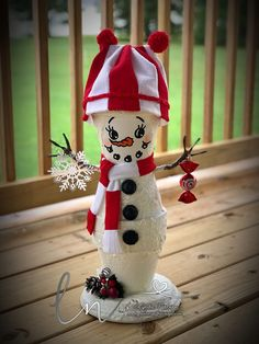 Lynda's Scrappy Place: My Hand Painted Flower Pot People Snowman Crafts, Holiday Crafts, Diy Home Crafts, Snowman Ornaments, Painted Clay Pots, Painted Flower Pots, Hand Painted, Clay Pot Projects, Clay Pot Crafts
