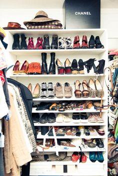 De Kleren Heb Je Al Op Kleur Gesorteerde Walk In Closet Nog Net Niet Met Deze Tips Maak Het Beste Van Garderobe En Bewaar Aankopen