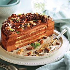 Milhojas de bizcocho fino con chocolate y frutos secos Strudel, Tiramisu, Delicious Desserts, Cake, Ethnic Recipes, Food, Chocolate Candies, Mille Feuille, Yummy Cakes