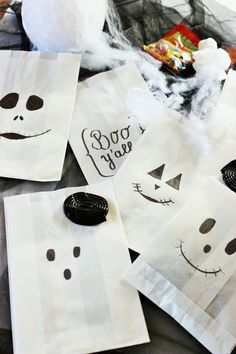 DIY Halloween Süßigkeiten Verpackung aus Papiertüten Image: A quick last-minute idea to wrap Halloween sweets – in bread paper bags with painted ghost and ghost faces. Instructions and more DIY Halloween ideas to celebrate www. Dulces Halloween, Bonbon Halloween, Manualidades Halloween, Halloween Sweets, Fete Halloween, Halloween Candy, Halloween Make Up, Halloween Crafts, Halloween Cupcakes