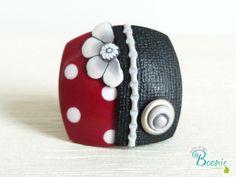 Polymère carré bague pois noir blanc rouge fleur