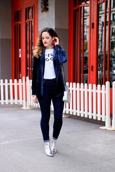 Blue velvet blazer paired with dark wash skinny jeans and booties.