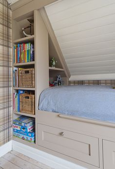 Garderobe fra Brubakken Home Loft Bedroom Kids, Bedroom Nook, Built In Bed, Attic Rooms, Girl Room, Home Projects, Home Decor, Yurts, Attic Spaces