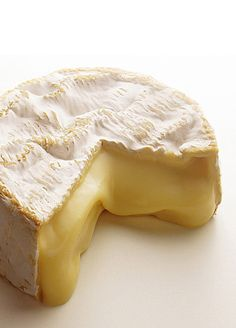 Camembert is a soft, creamy, surface-ripened cow's milk cheese. It was first made in the late century at Camembert, Normandy in northern France. Fromage Cheese, Queso Cheese, Cheese Bread, Wine Cheese, Camembert Cheese, Cheese Recipes, Real Food Recipes, Yummy Food, Homemade Cheese