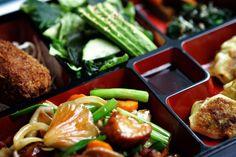 Det japanske køkken byder på mere end rå fisk med ris. iBYEN viser vej til fem gode spisesteder med mad fra Solens Rige.