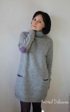 Купить или заказать Платье - свитер ' Birdie ' в интернет-магазине на Ярмарке Мастеров. Ну просто ооочень уютное платье - свитер связано из моего любимого сочетания двух видов пряжи : твид и кидмохер . Немного пушистое , прекрасно согревает , но при этом не толстое и не громоздкое под верхней одеждой . Ставшие традиционными для моих моделей кармашки с цветными мешковинами на сей раз лавандового цвета , как и ' заплатки ' на локтях .