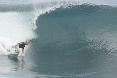 Victor na onda de Uluwatu / Bali / Indonésia