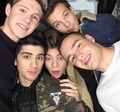 One Direction + Me = Two Direction. One Direction Selfie, One Direction Drawings, One Direction Images, One Direction Wallpaper, One Ditection, Instagram Selena Gomez, One Direction Louis Tomlinson, Family Show, What Is Positive
