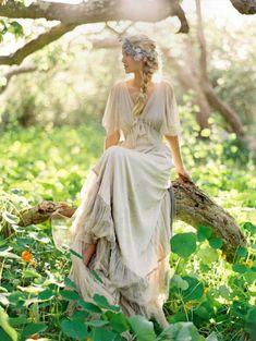 37 Woodland Wedding Dresses To Look Like A Forest Nymph | HappyWedd.com Bohemian Bride, Bohemian Wedding Dresses, Hippie Dresses, Wedding Gowns, Hippie Boho, Wedding Bouquets, Bohemian Weddings, Fairytale Weddings, Indian Weddings