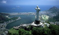 Posare con la statua del Cristo Redentore sulla montagna di Corcovado a Rio de Janeiro, Brasile