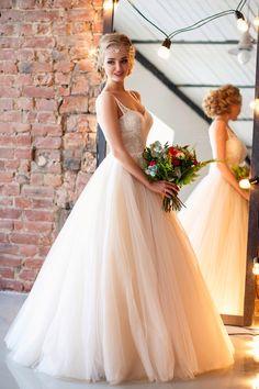 Невеста в пышном платье. Полностью продуман образ невесты 2016. Свадебный макияж, свадебная прическа. Украшение доя свадебной прически выполнено вручную. Студия платьев Alisa Wedding. Свадьба в стиле лофт. Wedding loft . Wedding 2016.