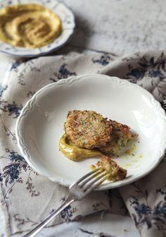 J'ai l'habitude de manger des beignets de poisson blanc (communément appelés des accras), mais rarement qui soient à base de légumes. Je voulais absolument faire le test avec de la courgette et c'est un succès. Je vous préviens, il faut aimer le fromage de chèvre pour apprécier cette recette. J'imagine que ce serait tout aussi bon avec une autre sorte de fromage râpé, mais je n'ai pas fait le test, alors libre à vous de vous aventurer.