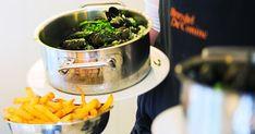 Recette traditionnelle de la cuisine des Flandres, les moules-frites sont toujours un succès ! Découvrez notre recette facile à réaliser et peu chère qui plaira à tous vos convives ! Cassoulet, Green Beans, Vegetables, Kitchen, Food, French, Clams, Pisces, Cooking Recipes