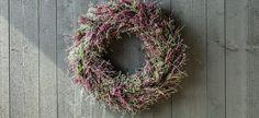DIY: Lag en vakker høstkrans av lyng | Inspirasjon fra Mester Grønn Fall Decor, Holiday Decor, Grapevine Wreath, Grape Vines, Christmas Wreaths, Floral Wreath, Planters, Flowers, Diy