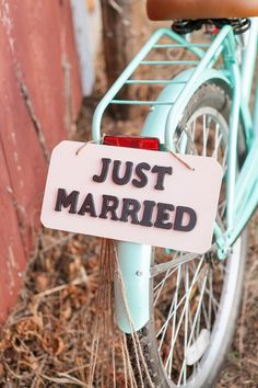 Outdoor Country Wedding: How to select the perfect flowers Rustic Wedding Signs, Barn Wedding Venue, Wedding Rentals, Wedding Vintage, Country Barn Weddings, Country Style Wedding, Preston, Small Flower Centerpieces, Bicycle Themed Wedding