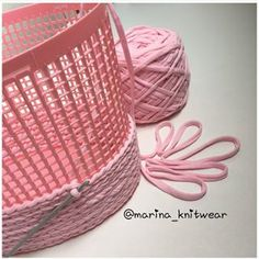 For a nice, sturdy basket! T shirt yarn, jute, rope, yarn or string Czeka na Ciebie 18 nowych Pinów - WP Poczta Crochet around plastic basket Easy to try with small classroom baskets and t-shirt strips! Bored panda is a leading art design and photography Crochet Home, Crochet Crafts, Yarn Crafts, Knit Crochet, Diy Crafts, Loom Knitting, Knitting Patterns, Crochet Patterns, Crochet Ideas