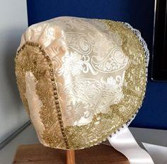 Dåpslue med perler og gullblonde