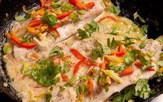 La receta de filetes de pescado en salsa de coco a continuación es el resultado de dos ingredientes que hacen una pareja de esas idealizadas en el cine.