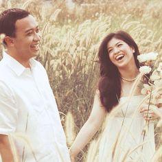 Romantisme di tengah padang ilalang, plus senyum bahagia calon pengantin.