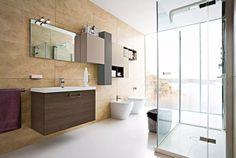 Pavimento in cemento lucido, rivestimento in lastre di ceramica molto grandi e una vista mozzafiato. Uno stupendo bagno moderno
