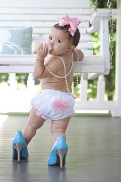 1 Year Photos, high heel shoes :) Photo By Katey Elliott Photography. This is too adorable 1st Birthday Pictures, Girl First Birthday, Baby Birthday, Birthday Ideas, Baby Girl Photos, Baby Pictures, Book Bebe, Foto Newborn, Foto Baby
