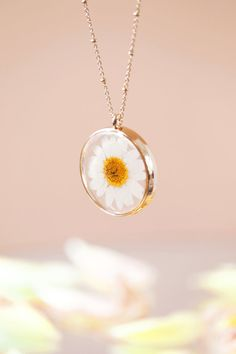 Daisy Necklace, Resin Necklace, Resin Jewelry, Jewelry Box, Diy Resin Flower Jewelry, Jewellery Storage, Real Flowers, Dried Flowers, Dainty Jewelry