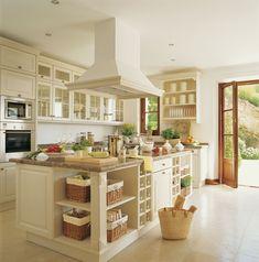 Cocina con isla de estilo clásico con mobiliario con molduras y encimera de granito #cocinasrusticasconisla