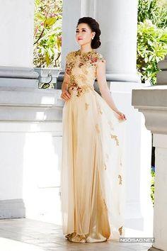 99 #platino #artist Vietnamese Traditional Dress, Vietnamese Dress, Traditional Gowns, Traditional Clothes, Sexy Outfits, Pretty Outfits, Ao Dai Wedding, Ethnic Fashion, High Fashion