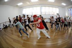 Curso hip hop dance, com o professor Eliseu Correa. Crédito: Dashmesh Photos/Claudia Baartsch