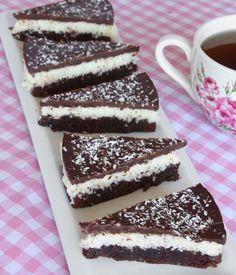 Läcker kladdkakebotten, fylld med Bountyröra och smält choklad på toppen! En sann dröm!!! No Bake Snacks, No Bake Desserts, Delicious Desserts, Dessert Recipes, Yummy Food, Pastry Cake, Cakes And More, How To Make Cake, No Bake Cake