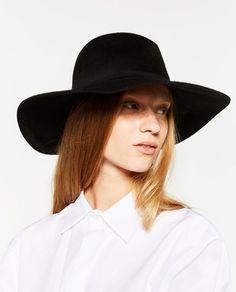 Escoge el sombrero o gorro que más te guste de Zara y completa tu look de otoño-invierno 2016/2017. Además de estar de moda y quedar monísimos, estos gorros y sombreros te protegerán del frío. En las tiendas de Zara mujer, encontrarás gorros y sombreros de diferentes formas y colores. A continuación, te presentamos las imágenes de los gorros y sombreros de Zara que se llevan esta temporada otoño-invierno 2016/2017  http://enzara.es/zara-otono-invierno-2016-2017-gorros-sombreros/