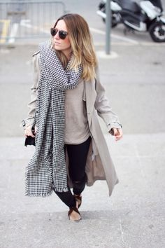 MAXI TRENCH | BASIC FRIENDS - Mes Voyages à Paris Spanish fashion blogger Mónica Sors Mes Voyages à Paris winter street style trench maxi trench ripped jeans houndstooth maxi scarf