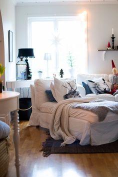 Jag har sett att flera av er kastat ut julen, här försvinner julen lite i etapper. Tomtarna åker bort efter nyår och granen har jag kva... Coastal Country, Liv, Wallpaper, Furniture, Home Decor, Decoration Home, Room Decor, Wallpapers, Home Furnishings