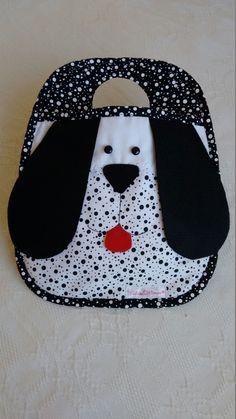 Lixeirinha personalizada. Seu carro vai ficar um mimo com essa linda lixeirinha/organizadora Baby Bibs Patterns, Bag Patterns To Sew, Baby Sewing Projects, Sewing Crafts, Peg Bag, Bib Pattern, Crochet Flower Tutorial, Stuffed Animal Patterns, Baby Crafts