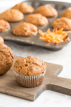 Are you a fan of carrot cake? Then you will be a fan of these warm, lightened up, spiced carrot muffins which will satisfy even your strongest cravings! Carrot Cake Muffins, Carrot Cake Cupcakes, Raspberry Smoothie, Apple Smoothies, Muffin Recipes, Baking Recipes, Vegan Recipes, Salty Cake, Recipes