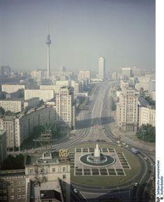 De in de jaren '50 en '60 gebouwde Karl Marx Allee (90m breed, ruim 2km lang) was geen schoolvoorbeeld van valse bescheidenheid.