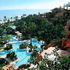 El Hotel Kempinski Bahía Estepona de 5 estrellas, se encuentra a menos de 50 metros de la playa, con magníficas vistas sobre el mar. Dispone de 132 habitaciones y 15 suites con las mejores comodidades y confort, un hotel de gran lujo para los gustos más exigentes.