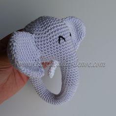 #amigurumi #sonajero #tejido con forma de #elefante con el #algodonmercerizado y el sonajero de la tienda de @cucaditas