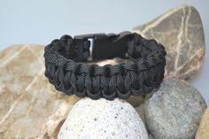 schwarzes Paracordarmband von DaiSign:  http://de.dawanda.com/product/69740591-Paracord---Armband-schwarz