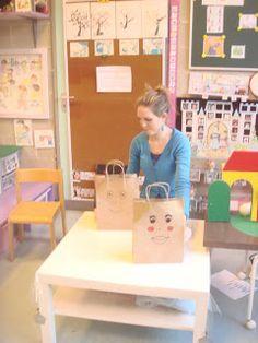 Kleuters versieren hun eigen zakje, dat later wordt gebruikt om de knutselwerkjes in mee naar huis te nemen.