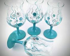 4 Hand painted drinking glasses Turquoise dots Glassware Water glasses Juice glasses Iced tea glasses Turquoise drinking glass Gift set - things to make - Diy Wine Glasses, Decorated Wine Glasses, Hand Painted Wine Glasses, Tea Glasses, Broken Glass Art, Sea Glass Art, Stained Glass Art, Shattered Glass, Wine Glass Designs
