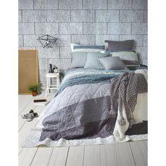 Dans les couleurs de gris, bleu , mauve, blanc Ruffle Bed Skirts, Ruffle Bedding, California King Quilts, Bed Ensemble, Types Of Window Treatments, Solid Wood Shelves, Lit Simple, Twin Quilt, Upholstered Platform Bed