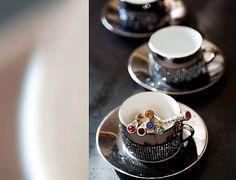 Xícara de café e colher com aplicação de strass Swarovski. #swarovski #cristais #jogodecafe #ldicristais www.ldicristais.com.br