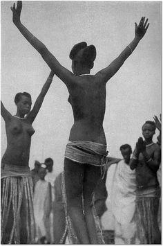Abangavu babyinira i Bwami by fiacreigihozo, via Flickr