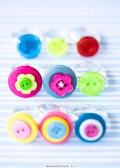 KnappringarJag fortsätter pyssla med med mina glada knappar. Förra månaden, när jag gjordeminaknappblommorfickjag även en idé att göra smycken av knapparna....