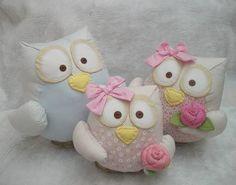 """The big eyes family """" _ < """"Cotton Fabric Owl Pillows : Família Corujas"""" Felt Crafts, Fabric Crafts, Sewing Crafts, Crochet Projects, Sewing Projects, Felt Pincushions, Owl Fabric, Cotton Fabric, Owl Ornament"""
