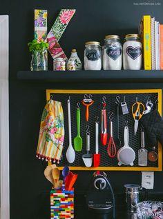 Cozinha com objetos femininos e boas ideias como a moldura com tela de galinheiro para pendurar os utensílios.